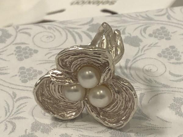 Ring Sterlingsilber mattiert mit drei Süßwasserperlen, Blütenform